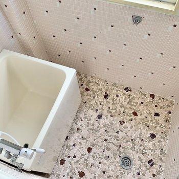 浴室は素敵におめかしされキュートに。入浴時間も癒されそうです。