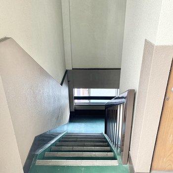 お部屋までは階段です。天井が高めなのでお引越しはスムーズそうです〇