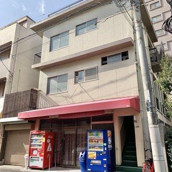 1階にお店が入った建物です。自販機が2つあるのが嬉しいな。