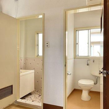 トイレと浴室は隣同士。どちらも小窓がありますよ〇