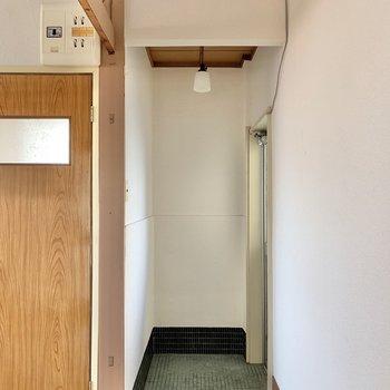 玄関はゆったりめ。素朴なランプが似合うな~