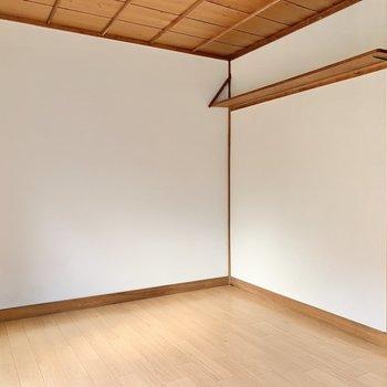 天井が気持ち高めなのがいいところ。右側にある上部棚には植物や雑貨を並べてもいいな〜