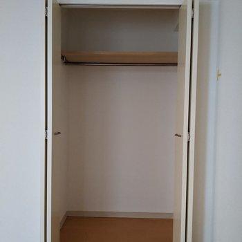 【洋室】多くのものが収納できます◎ハンガーパイプがあるので、衣類もシワなく収納できます。