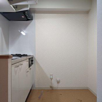 【LDK】キッチン裏側に冷蔵庫や家電を置くことができそうです。※写真はクリーニング前のものです