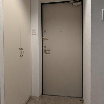 玄関スペースは広めです。よく使う靴を並べて置くことも可能です。※写真はクリーニング前のものです