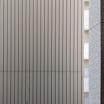 窓の正面は隣の建物壁があります。プライバシーが守られそうです。