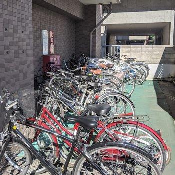 駐輪場は駐車場の奥にありました。