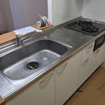 【LDK】2口コンロで同時調理可能です。※写真はクリーニング前のものです