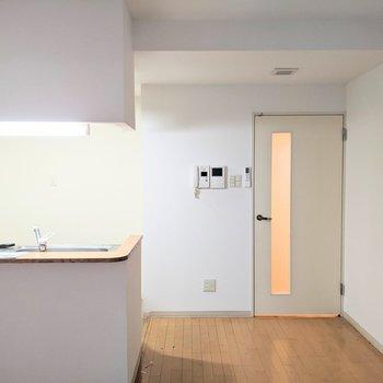 【LDK】キッチンは開放型。明るく料理ができますね。※写真はクリーニング前のものです