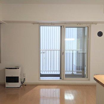 【LDK】窓は東向き。直射日光が当たりにくい位置にあるので暑くなりにくそうですよ。※写真はクリーニング前のものです