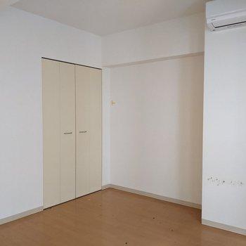 【洋室】こちらのお部屋の奥にクローゼットがあります。