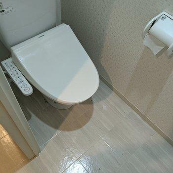 快適な温水洗浄付きトイレ。※写真はクリーニング前のものです