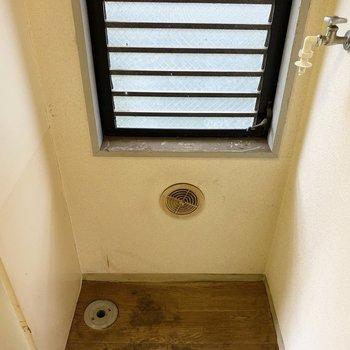 キッチン横には洗濯機置き場。※写真は1階の同間取り別部屋のものです