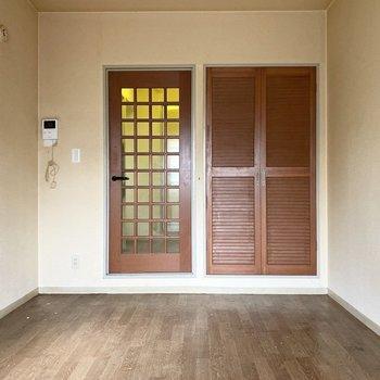 扉の模様がかわいいですね。※写真は1階の同間取り別部屋のものです