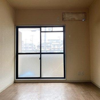 くもりガラスで視線が気になりませんよ。※写真は1階の同間取り別部屋のものです