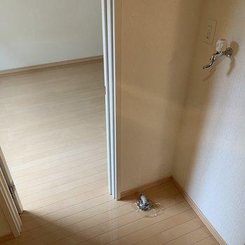 少し狭いので、洗濯機は小さめで。※写真は1階の同間取り別部屋のものです