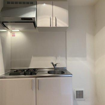キッチンの右に冷蔵庫を置くことができます!※写真は1階の同間取り別部屋のものです