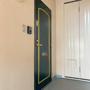 ワンフロアに2住居の造りなので、全室角部屋なんです◯