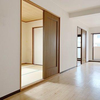 手前に和室、奥に洋室があります。