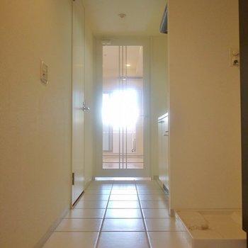 部屋と玄関の区切りはナシ。※写真は同タイプのもの