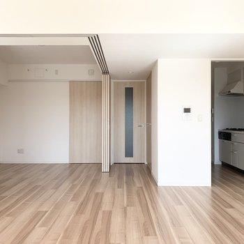LDK横の洋室は床に境目がないので大きく一体としても使いやすい造りです。