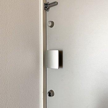 玄関ドアはロックが印象的。なんとツマミが使う時だけ出す仕様。下が使用時、上が収納時です。