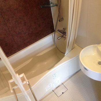 浴室暖房乾燥機付き。シャワーカーテンもあります。(※写真は5階の同間取り別部屋のものです)