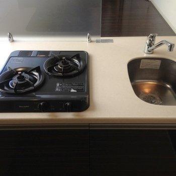 2口ガスコンロのキッチン、キレイ。(※写真は5階の同間取り別部屋のものです)