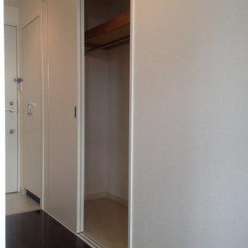 収納はこちらのクローゼットと、もう一つ物置があります。(※写真は5階の同間取り別部屋のものです)