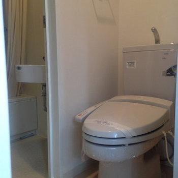 ウォシュレット付きのきれいなトイレ。(※写真は5階の同間取り別部屋のものです)