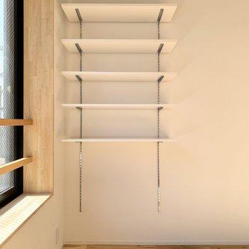高さの調節可能なオープン収納。