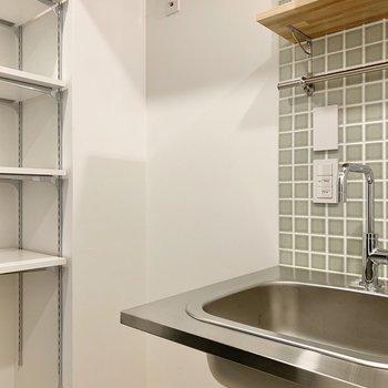 サイドには冷蔵庫を設置できます。