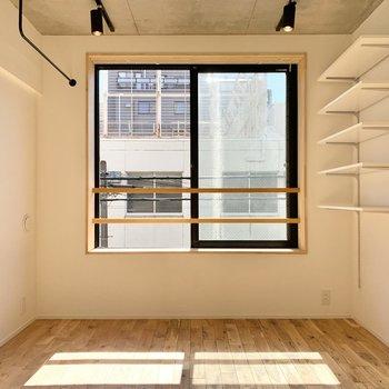 居室は約7.4帖の広さで、開放的ですよ。