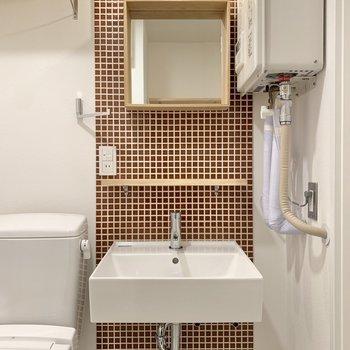 洗面台もタイルと照明でキュートに……!