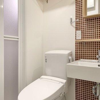 トイレ上にも棚が付いていますよ~。