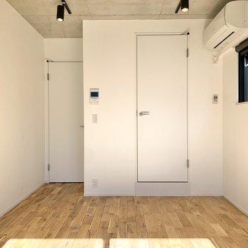左側の扉はキッチン方面へ。右側は脱衣所です。
