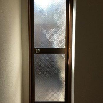 ん。扉をはっけん。