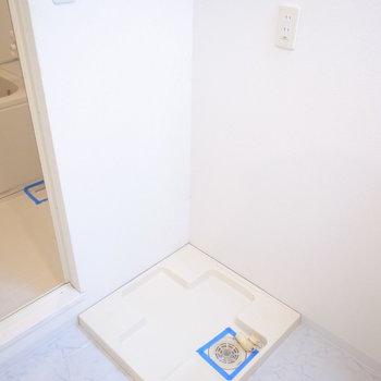 その左隣に洗濯パン。さらに左に、ちらっと見えるのがお風呂ですね。