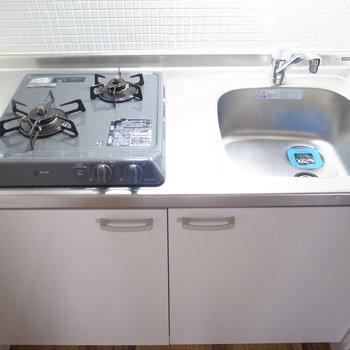キッチンは2口ガスコンロ。壁のタイルがかわいらしいな〜!