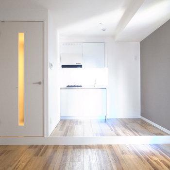 【LDK】キッチンスペースが小上がりのようになっていますね。作るところと食べるところに、自然とリズムが生まれます。