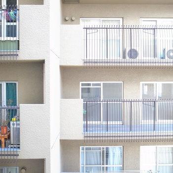 LDKの窓の外はお隣のマンションです。