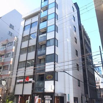 オフィス街にある建物。1階や、他の階にも飲食店が入っています。
