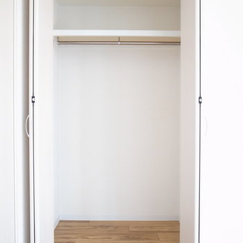 【洋室】それぞれのお部屋にクローゼットがあります。こちらはコンパクトなので、普段着がいいですね。