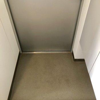 玄関、たたきはちょっと狭めかな。(※写真は3階同間取り別部屋、モデルルームのものです)
