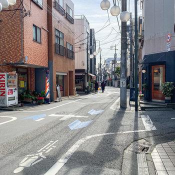 お部屋の前の通り。カフェやお菓子屋さんなど素敵なお店がありましたよ。