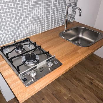 タイルがおしゃれな、コンパクトにまとまったキッチン。※写真は通電前・フラッシュで撮影しています
