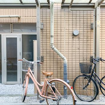 お部屋の窓からはお隣の建物の駐輪場が。