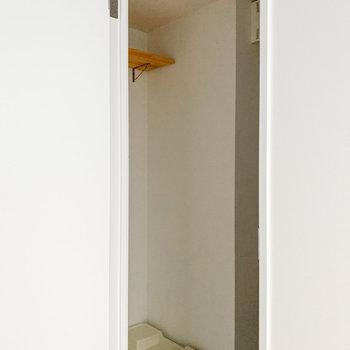 入って左手には洗濯機置場。上部棚には洗剤などをしまいましょう。