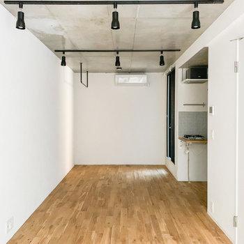 間接照明や窓枠のブラックカラーがお部屋をキュッと引き締めてくれていますね。