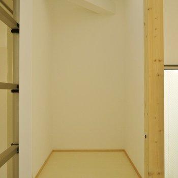 収納の奥行きもしっかりあります◎※写真は別室です。